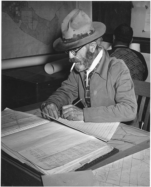 484px-Taos_County,_New_Mexico._Jim_Barns,_surveyor_with_New_Mexico_Re-Assessment_Survey._-_NARA_-_521974